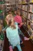 Czytamy sobie w bibliotece w Raszówce_25