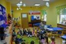 Amator miodku i mieszkaniec Stumilowego Lasu odwiedza przedszkolaki_1