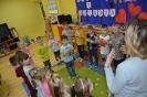 Amator miodku i mieszkaniec Stumilowego Lasu odwiedza przedszkolaki_4