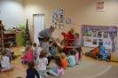 Amator miodku i mieszkaniec Stumilowego Lasu odwiedza przedszkolaki_7